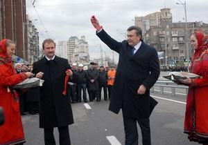 Фотогалерея: Эх, прокачу. Янукович открыл эстакаду и спустился в киевское метро