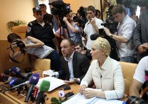Тимошенко отказалась встать в зале суда