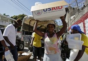 На Гаити процветает торговля гуманитарной помощью: рис набирают прямо из мешков с флагом США