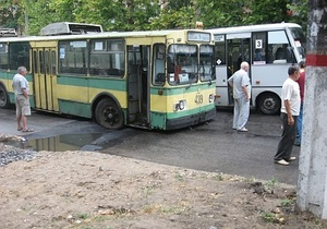 В Херсоне троллейбус с пассажирами провалился в яму