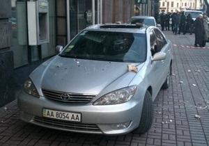 На Крещатике обрушилась часть барельефа: поврежден автомобиль Toyota
