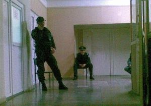 Раненого охранника Каравана допросили следователи