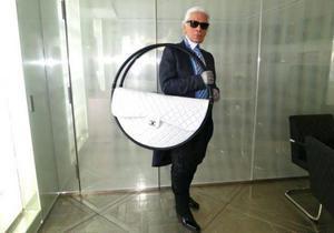 Лагерфельд пришел на показ Chanel с необычной сумкой
