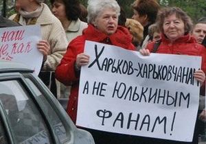 Противники Тимошенко танцуют у здания суда, сторонники поют псалмы