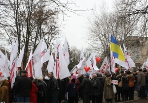 Цветы, письма, шарики: полтысячи сторонников Тимошенко поздравили экс-премьера с 8 марта
