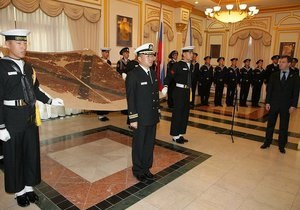 Южная Корея передала в аренду России флаг крейсера Варяг