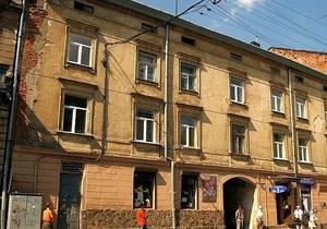 В центре Львова вследствие падения штукатурки молодая женщина получила травмы