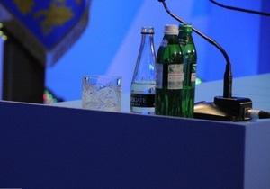 Регионал считает, что служба протокола не обеспечила Януковича  нормальной водой