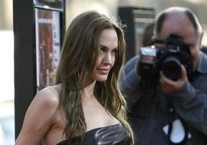 Книга: Анджелина Джоли наняла киллера для убийства самой себя