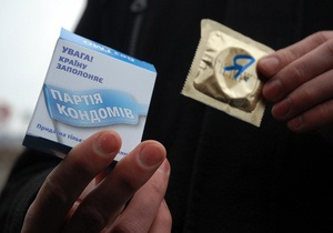 Фотогалерея: Операция кондом. В центре Киева раздавали презервативы с изображением Януковича