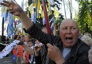 Под стенами Верховной Рады свыше тысячи человек протестуют против отмены льгот