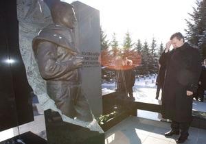 Янукович возложил цветы к могиле Кушнарева