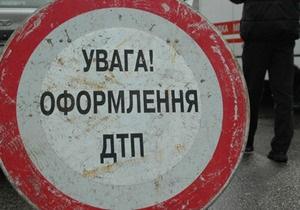 В Киеве водитель Chevrolet Lacetti на пешеходном переходе сбил женщину с двумя детьми