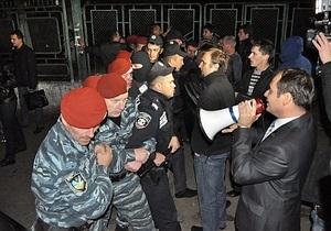 В Ивано-Франковске задержали депутатов от ВО Свобода. Против собравшейся толпы силовики применили слезоточивый газ