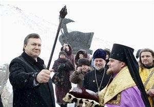 В Запорожье Януковичу подарили казацкую саблю и булаву