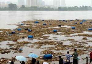 Китайские спасатели выловили из притока Амура три тысячи бочек с ядовитыми химикатами