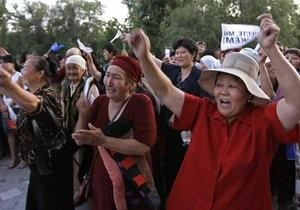 Прорвавшиеся в парламент Кыргызстана митингующие угрожают взять в заложники родственников экс-президентов