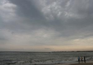 Нетрезвого жителя Ялты смыло в море при попытке сфотографироваться на пирсе