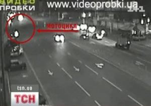 В Киеве водитель, сбив мотоциклиста, протащил его под машиной 800 метров
