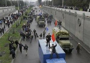 Мародеры разграбили и сожгли дом президента Кыргызстана