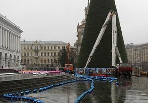 Киевские власти объяснили, почему елку на Майдане начали разбирать раньше времени