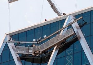 В Нью-Йорке два мойщика окон застряли на высоте около 150 метров