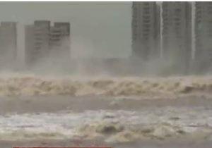 Гигантская приливная волна на реке в Китае - видео
