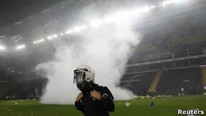 Футбольное дерби в Стамбуле переросло в беспорядки