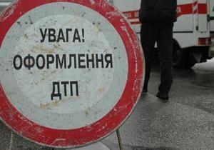 В Киеве водитель Mitsubishi на пешеходном переходе сбил женщину с ребенком
