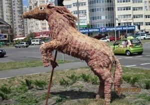 В Киеве появились скульптуры белки из Ледникового периода и лошади из сена