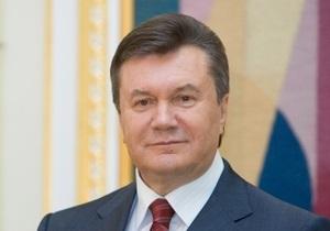 Янукович уехал на работу. Приехавшим в Межигорье журналистам предложили торт и цветы