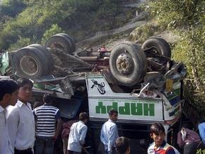 В Индии автобус упал в пропасть: погибли 34 человека