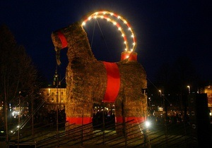 В Швеции рождественскую козу охраняют от вандалов и поджигателей - зимние праздники