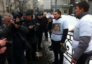 Трое сторонников Тимошенко приковали себя к забору возле Администрации Януковича
