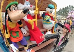Тысячи японцев ожидают открытия Диснейленда в Токио