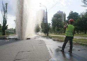 В Киеве из-под асфальта забил 20-метровый фонтан горячей воды