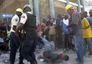 На Гаити супермаркет обрушился на мародеров