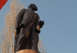 В Киеве задержали двух человек, подозреваемых в поджоге дымовой шашки у памятника Ленину