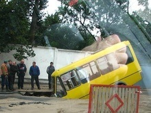 В Киеве маршрутка провалилась под землю