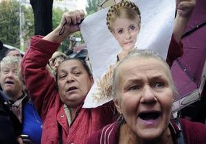 Около 400 человек митингуют под Радой, требуя декриминализации статей Тимошенко