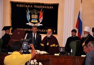 Кивалов вручил патриарху Кириллу докторский диплом