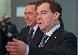 Путин и Медведев показали Берлускони новый российский пассажирский самолет