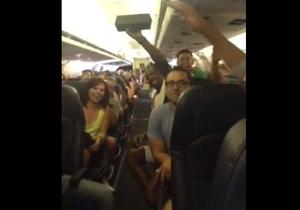 В США застрявшие в самолете без еды и воды пассажиры устроили концерт