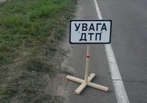 В Киевской области легковой автомобиль въехал в группу людей на остановке: есть жертвы