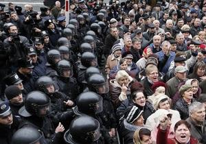 Напротив Кабмина произошла стычка между беркутовцами и митингующими