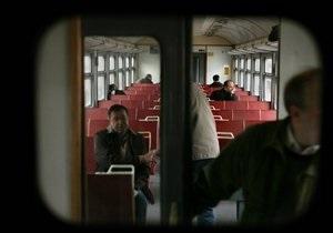 В Крыму пьяный пассажир электрички вырвал трехместный диван и разбил им дверь вагона