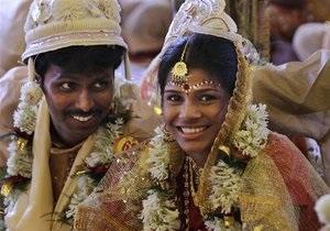 Новости Индии - странные новости: В Индии мужчины фотографируются с туалетом, чтобы поучаствовать в массовой свадьбе
