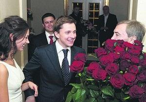 Черновецкий подарил жене Довгого $1 миллион
