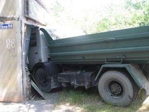 В Мариуполе грузовик снес балкон квартиры
