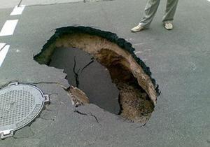 Образовавшаяся яма на дороге парализовала движение трамваев в центре Киева